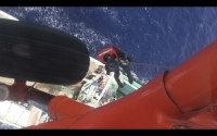 ニュース画像:海自、母島付近の漁船から急患輸送 硫黄島で海保LAJ500に引き渡し