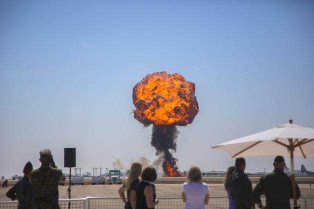 ニュース画像 1枚目:海兵隊の航空機が参加して披露されるエアショー