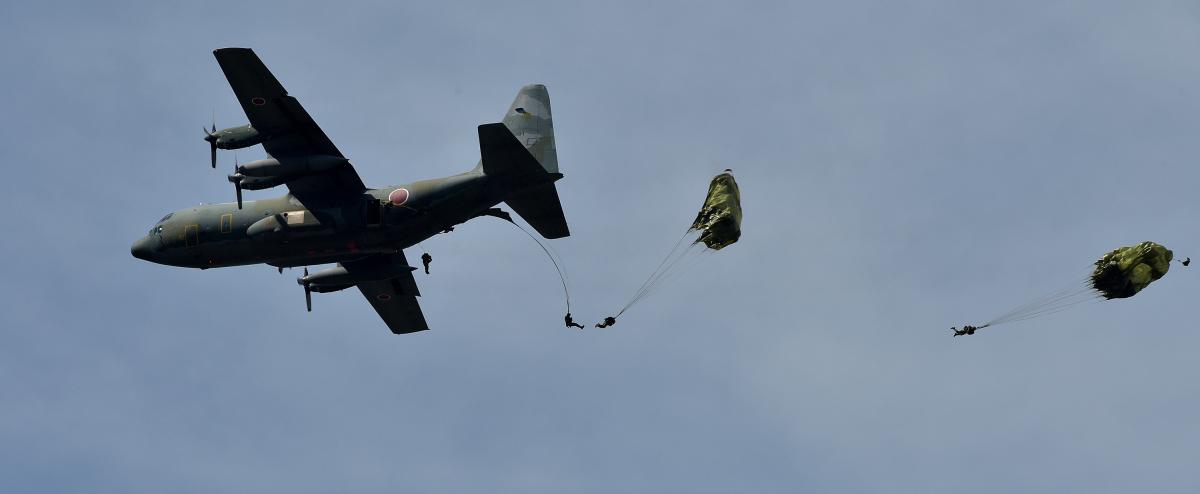 ニュース画像 1枚目:アークティックオーロラ、C-130から陸自が空挺降下