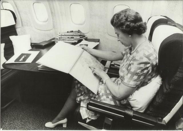 ニュース画像 1枚目:1977年、コンコルドに登場したエリザベス女王