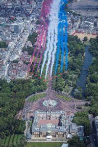 ニュース画像:エリザベス女王の誕生日を祝うバッキンガム宮殿上空の豪華な編隊飛行