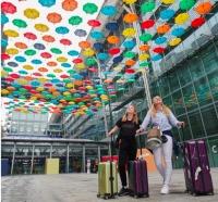 ニュース画像:ヒースロー空港、300本のカラフルな傘を使用したアートワークが登場