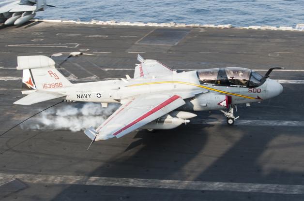 ニュース画像 1枚目:2014年10月、ペルシャ湾の空母USSジョージH.W.ブッシュ艦上で撮影されたVAQ-134のEA-6B