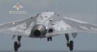 ニュース画像:ロシア国防省、無人攻撃機スホーイS-70の初飛行を披露
