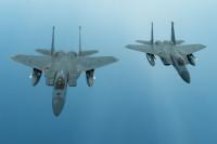 ニュース画像:嘉手納のイーグルが2機、薄暮の中を光りながら飛ぶ