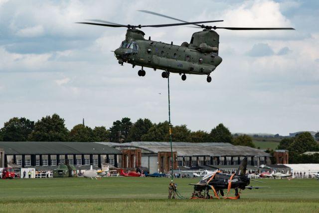 ニュース画像 1枚目:チヌークがホークを空輸