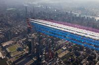 ニュース画像:レッドアローズとサンダーバーズなどがマンハッタン上空を編隊飛行