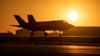 ニュース画像:夕暮れの中、ヒル空軍基地でタキシング中のF-35A