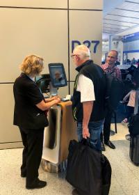 ニュース画像:アメリカン航空、ダラス空港で顔認証による搭乗システムを導入