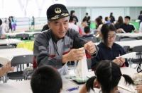 ニュース画像:JAL、9月7日に大阪府豊中の小学校で「折り紙ヒコーキ教室」を開催