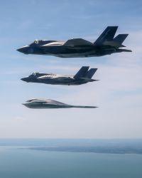 ニュース画像 3枚目:編隊飛行するライトニングIIとスピリット