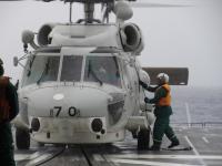 ニュース画像:護衛艦「すずなみ」、洋上でヘリコプター発着艦作業