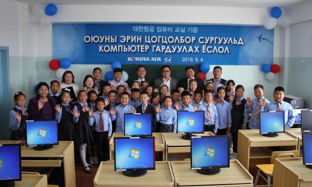 ニュース画像 1枚目:モンゴルの小学校へコンピューター寄贈