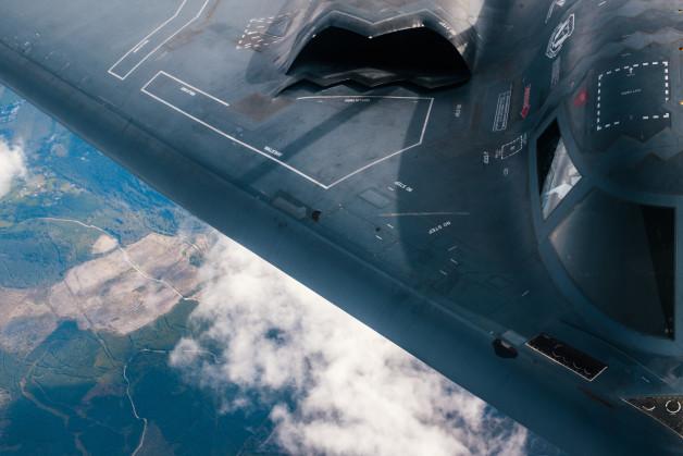 ニュース画像 1枚目:KC-135Rから給油を受けるB-2A
