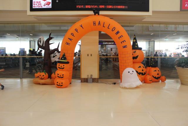 ニュース画像 1枚目:函館空港ハロウィン装飾