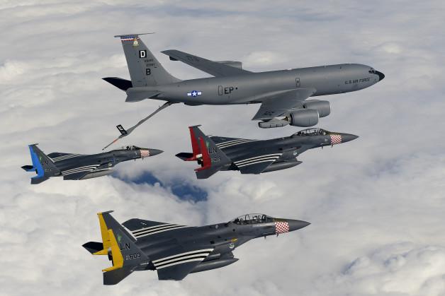 ニュース画像 1枚目:F-15CとF-15Eの2機、KC-135の記念編隊飛行