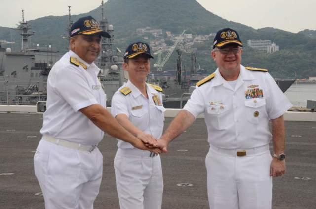 ニュース画像 1枚目:かが艦上で3カ国の司令官たち