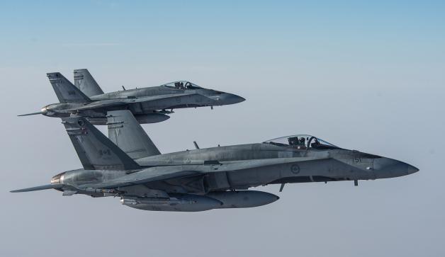 ニュース画像 1枚目:翼下にGBU-12レーザー誘導爆弾を搭載したカナダ空軍のCF-188ホーネット