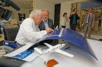 ニュース画像 3枚目:ハンス・エルニさんが機体に署名