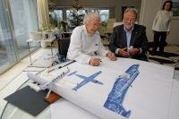 ニュース画像 4枚目:ハンス・エルニさん 特別塗装のデザイン画に署名