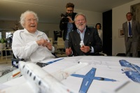 ニュース画像 5枚目:パイロット免許も取得したハンス・エルニさん 飛行機について談笑