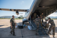 ニュース画像 3枚目:CN-235輸送機から荷物を搬出
