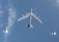 ニュース画像:イギリス空軍タイフーン戦闘機、B-52H爆撃機の護衛と迎撃訓練を実施