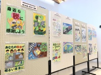 ニュース画像:静岡空港、小・中学生の「税に関する作品」を展示 ポスターや習字など