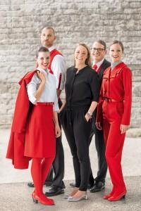 ニュース画像:オーストリア航空、新制服も赤のタイツと靴を採用 スタッフから熱い支持