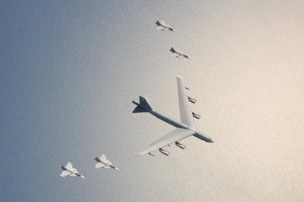 ニュース画像 1枚目:編隊飛行するアメリカ空軍のB-52とスウェーデン空軍のグリペン