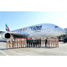 ニュース画像 2枚目:特別塗装機とエミレーツ航空のスタッフ