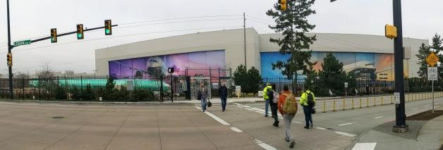 ニュース画像 1枚目:レントン工場の組み立てライン入りを待つ機体と出勤するボーイングのスタッフ