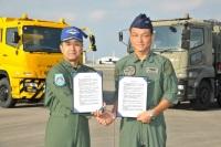 ニュース画像:海自と空自、那覇航空基地で相互給油協定を調印