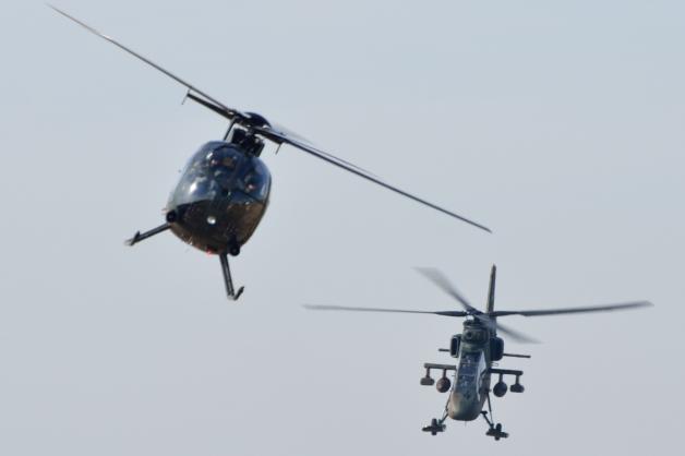 ニュース画像 1枚目:OH-6D(画面左)とOH-1