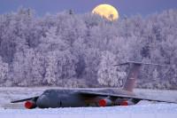 ニュース画像:アラスカの雪の森に包まれ佇むギャラクシーと月の入り
