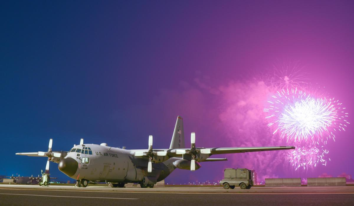 ニュース画像 1枚目:独立記念日を祝う花火を見守るC-130