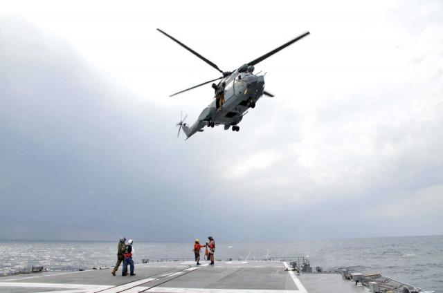 ニュース画像 1枚目:はるさめ甲板での急患輸送訓練 フランス空軍ピューマ
