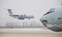 ニュース画像:中国空軍、コロナウイルス流行で輸送機で武漢に軍医療スタッフ派遣
