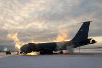 ニュース画像:マイナス30度の世界のアラスカ、離陸待機状態のKC-135R