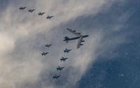 アメリカ空軍B-52Hと空自F-2A、共同攻撃訓練の画像