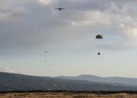 ニュース画像 3枚目:キャンプ富士で物資降下訓練