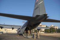 ニュース画像 4枚目:横田基地で飛行前の準備