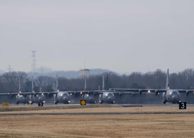 ニュース画像 1枚目:36ASと61ASのC-130Jが離陸準備
