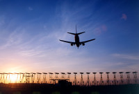 ニュース画像:ロンドン・ヒースロー空港、夜間運航のフライトに5倍の騒音手数料を導入