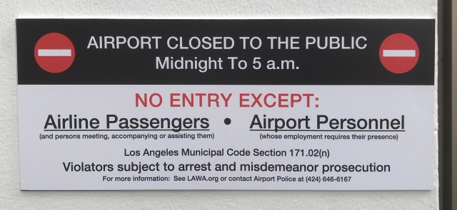 ニュース画像 1枚目:ロサンゼルス空港 夜間閉鎖看板