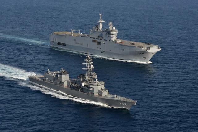 ニュース画像 1枚目:フランス海軍「ミストラル」と戦術運動中の「はるさめ」