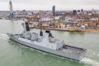 ニュース画像:イギリス海軍駆逐艦ディフェンダー、7カ月の展開から帰還