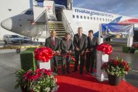 ニュース画像:ボーイング、マレーシア航空に737シリーズ100機目を引き渡し