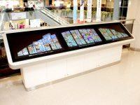ニュース画像:宮崎空港、3階に設置のステンドグラス見学タッチパネルを4カ国語に対応
