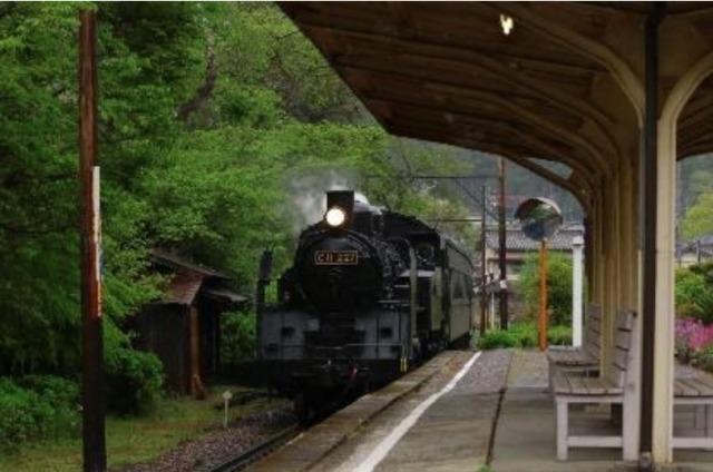 ニュース画像 1枚目:田野口駅を通過するSL列車